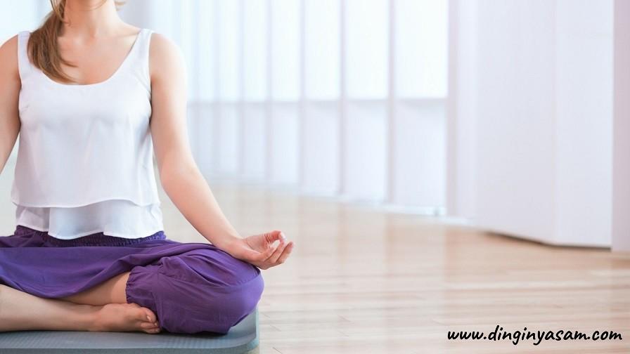yoga kolay oturma pozu Sukhasana dinginyasam.com